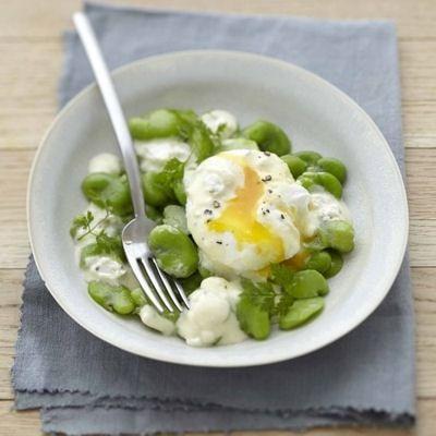 Salade de fèves et œuf poché au Carré Frais olives-touche de citron : 25 recettes aux légumes de printemps - Journal des Femmes