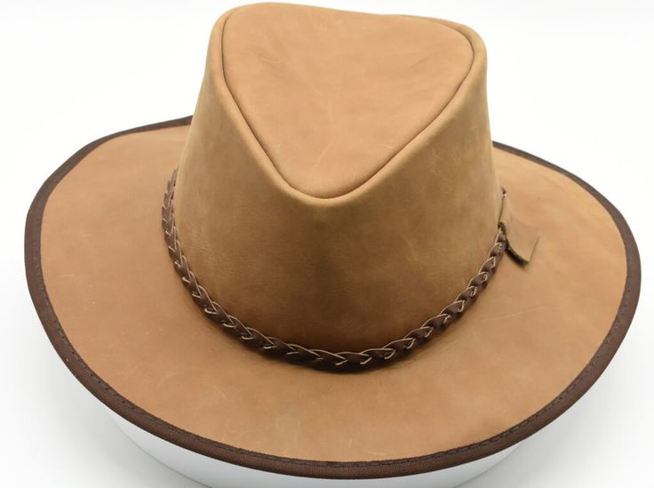 Sombrero australiano de viaje de piel de vaca. #Sombrero #australiano #viaje  #piel #vaca #finelookingstore   Australian traveller hat made of cowhide available in wheat color #Australian #traveller #hat #cow #lather #finelookingstore
