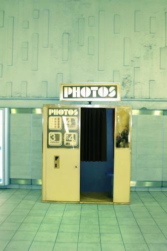 Ein Bild von einem GI: US-Soldaten warten im Juni 1944 vor einem Fotoautomaten, um sich fotografieren zu lassen. Die Kabinen standen in den vierziger Jahren bereits an fast jedem größeren Bahnhof in den USA.