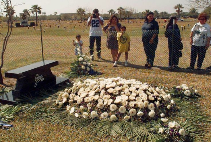 Never saw this one before. Looks like her grave was fresh. RIP Queen Selena.