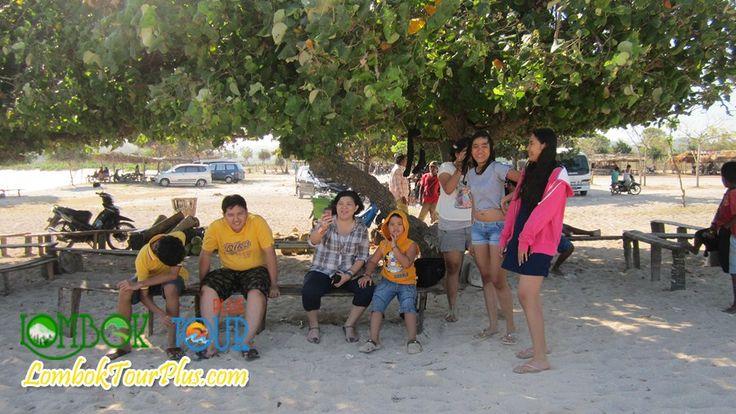 Wisata ke Tanjung Aan Lombok bersama keluarga memang sangat menyenangkan :) ayooo ke Lombok lagi jangan lupa untuk mengunjungi pantai yang populer ini yah :)