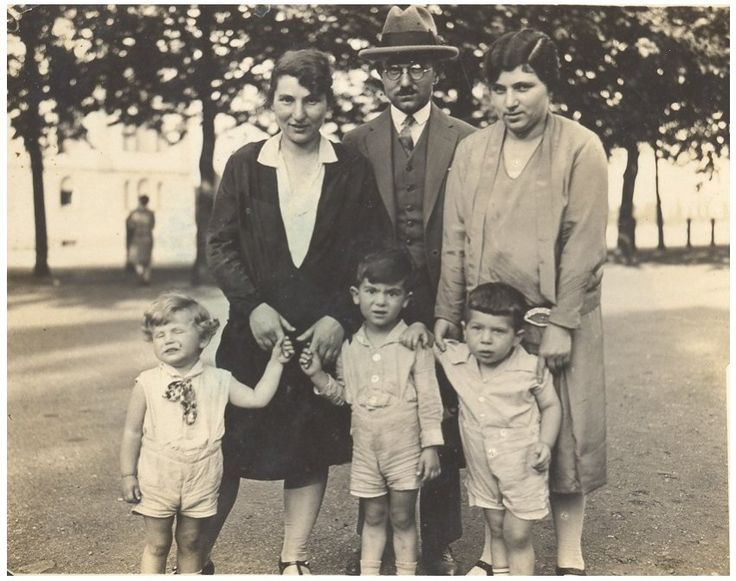 Flucht in letzter Minute: Mit einem Kindertransport nach London entkam der zwölfjährige Herrmann Hirschberger noch 1939 den Nazis. Seine Eltern sah er am Bahnhof zum letzten Mal, sie starben in Auschwitz. Heute behält die deutsche Regierung von seiner Rente einen Teil ein - aus fadenscheinigen Gründen.