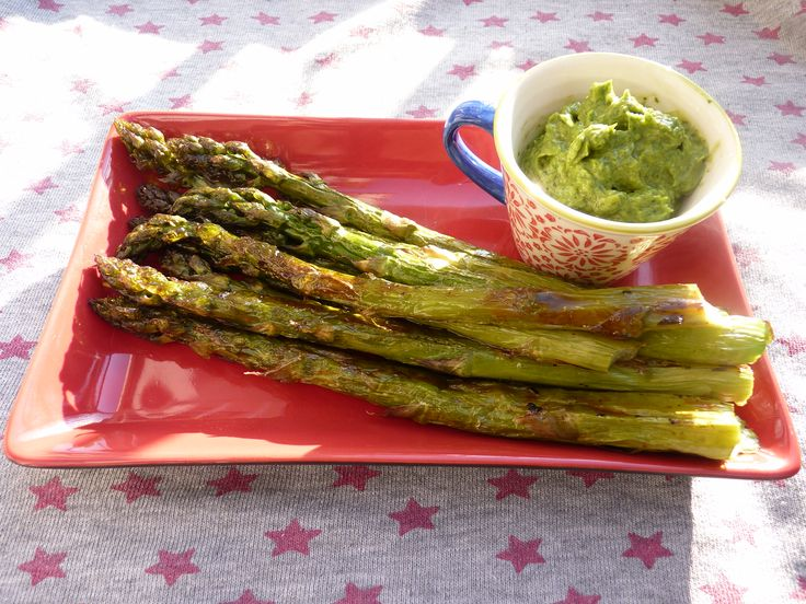 Roasted asparagus with bitter lemon pesto - Paleo AIP-friendly #paleo #AIP #autoimmuneprotocol