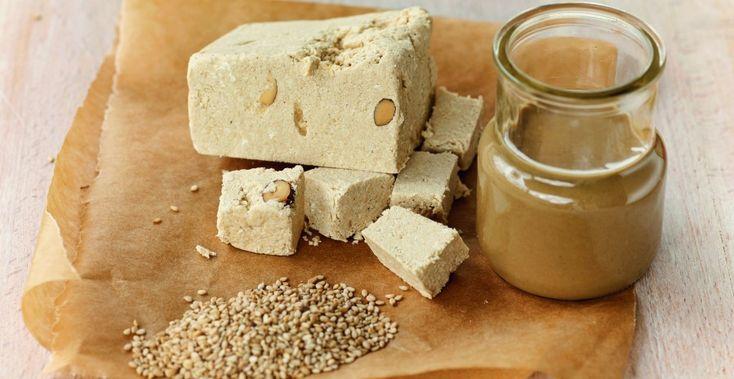 Υλικά 1 κούπα ελαιόλαδο 1 1/2 κούπα μέλι 2 κούπες σιμιγδάλι (χοντρό) 4 κούπες νερό 100 γρ αμύγδαλα ή καρύδια Κανέλα τριμμένη Ξύσμα από πορτοκάλι η λεμόνι. Προετοιμασία Σε μία κατσαρόλα βάζουμε το νερό μας, το ξύσμα λεμονιού και όταν αρχίζει να ζεσταίνεται προσθέτουμε το μέλι . Ανακατεύουμε καλά και αφήνουμε το σιρόπι κρατώντας το …
