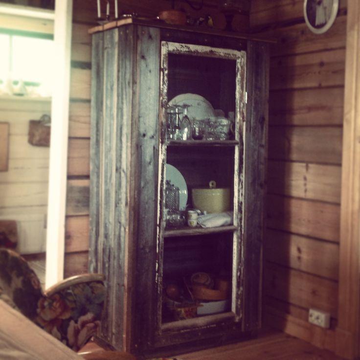 Pappas hemgjorda skåp. Brädor från en gammal lada och ett fönster.