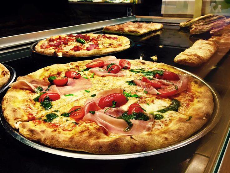 Διάλειμμα από τη δουλειά και ώρα για φαγητό! Οι DONS σας προτείνουν να δοκιμάσετε την 'Pizza Prosciutto' με προσούτο, μοτσαρέλα, ντοματίνια,  φύλλα βασιλικού και φρέσκια σάλτσα ντομάτας The Dons! Δεν περιγράφεται!!!
