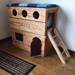 ☆りんご箱を簡易洗浄し焼き目を入れた物に蓋にクッションをつけ、二階建ての猫ハウスとなります☆窓や、穴、はしごが付いてとても可愛いく仕上がってます☆人気の為2週間ほどお時間いただきます!ご了承下さいm(__)m購入前に必ずプロフィール確認お願いします!最近即購入の方多く、他の方に大変ご迷惑おかけしております‼︎☆元々りんご箱だったので、強度はバッチリです★収納BOX高さ約60㎝×横約64㎝×奥行約30㎝になります!蓋部分高さ4.5㎝高くなります!◯⚫️◯⚫️◯⚫️◯⚫️◯⚫️◯⚫️◯⚫️◯ ※新箱ですが、箱の状態、歪み、欠け、錆び、割れ、毛羽立ちがあるものもあり、一つ一つ違います。表面のざらつき節の穴、隙間等ある事がありますが、木箱の個性と捉えていただきたいと思います。※木箱により、木目は違います!✴︎不安な方は必ずコメント下さい!ご理解頂けた方のみよろしくお願いいたしますm(__)m〜ご理解頂ける方、よろしくお願いします〜⚫️◯⚫️◯⚫️◯⚫️◯⚫️◯⚫️◯⚫️◯⚫️➖➖➖➖注意➖➖➖注意➖ ➖➖➖※即購入はお控え下さい‼︎