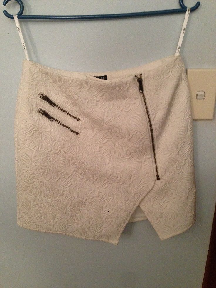 Shaped skirt, v-cut out, shape introduced by details