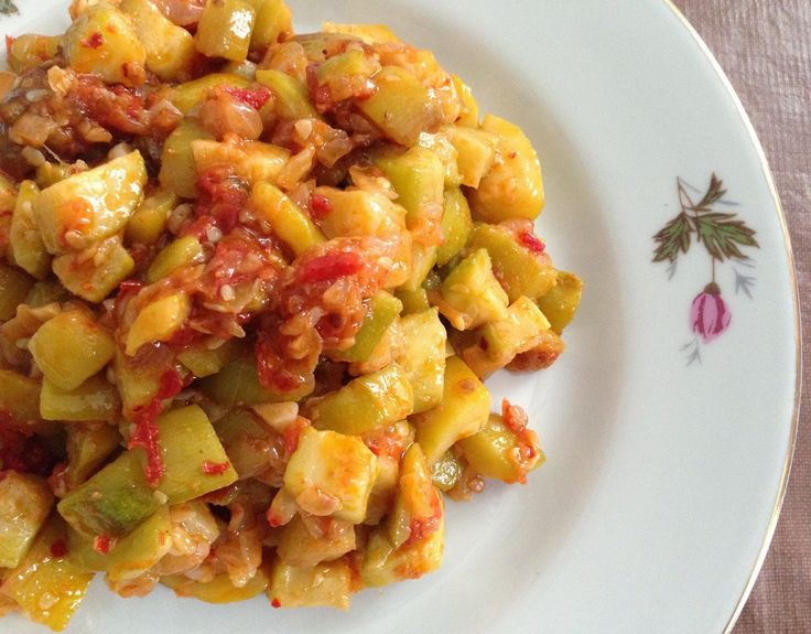 KABAK KAVURMASI  Yaz geldiğinde en sık yaptığımız yemeklerden biridir. Hem çok lezzetli ve hem de çabuk hazırlayabileceğiniz bir yemek çeşid...