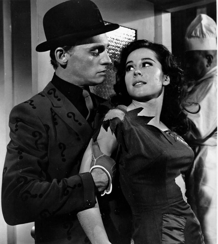 Frank Gorshin as The Riddler and Sherry Jackson as Pauline in 'Batman', 1966. S)