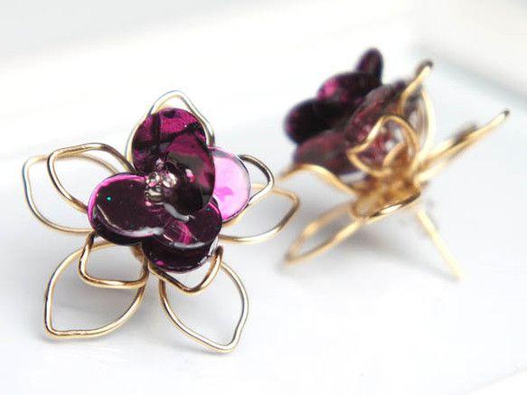 個性的なワイヤーピアスで耳元から華やかに!!繊細な花の形をした16金ゴールドワイヤーに、スパンコールとビーズで花の立体感を表現しました。市販ではなかなかない、...|ハンドメイド、手作り、手仕事品の通販・販売・購入ならCreema。