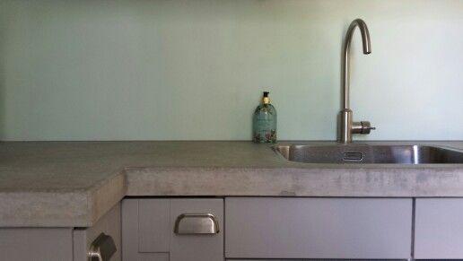 Betonnen aanrechtblad geleverd voor bestaande, eigenzinnige keuken in Helmond - NL   roels concrete countertop