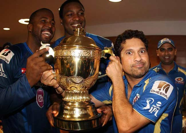 From left: Dwayne Smith, Kieron Pollard and Sachin Tendulkar hold the IPL trophy. #Cricket #IPL