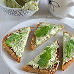 PASTA BROKUŁOWA DO CHLEBA  250-300g brokuła (może być mrożony),  200g sera typu feta,  1 ząbek czosnku,  sól i pieprz   Brokuły ugotować w lekko osolonej wodzie albo na parze. Odcedzić i przestudzić.  W misce umieścić brokuła, czosnek i ser feta. Zmiksować blenderem na pastę. Doprawić do smaku pieprzem, ewentualnie solą.  Schłodzić w lodówce 2-3 godziny.