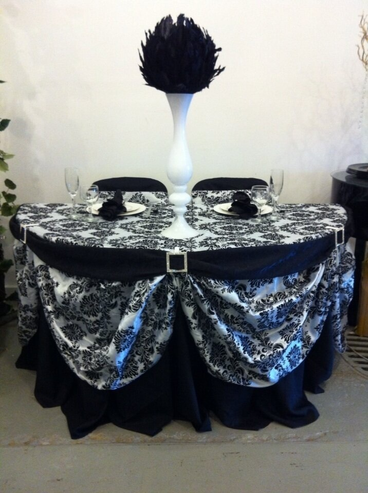 5 1 2 Round Sweetheart Table Decorated In Black White