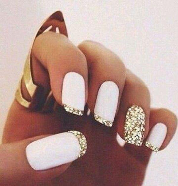 Wees glamoureus met deze zilveren sparkle geïnspireerde Franse tip.  Matte witte polish wordt gebruikt als de basis kleur van de nagels, alsook een volledige zilver schitterde nagellak.  De tips zijn bekleed met zilveren glitters die perfect kan worden gezien, zelfs in het donker en uit de verte.
