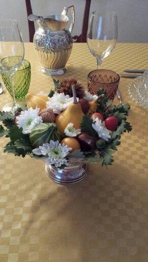 Centrotavola  con zucchette,  sorbe castagne,  noci e foglie di quercia