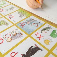 Med ett underlägg med bokstäver är det lätt att träna på hela alfabetet.