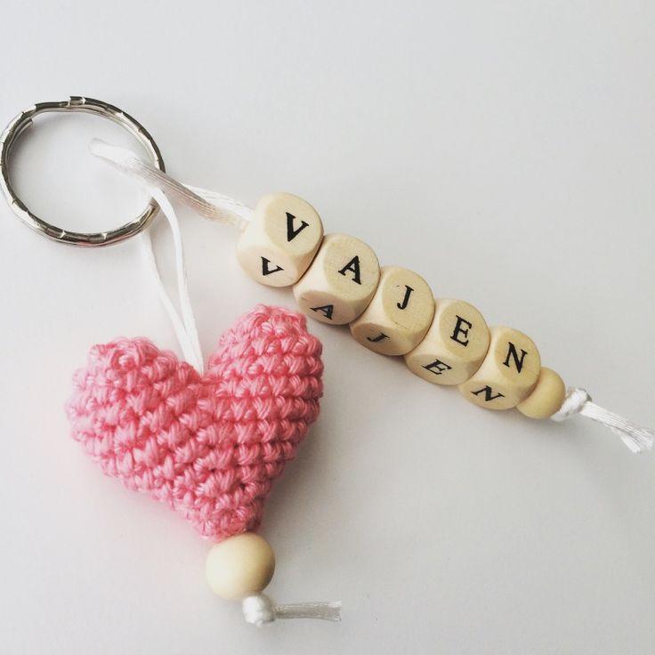 CROCHET - KEYCHAIN / PORTE-CLE / SLEUTELHANGER -  Sleutelhanger gehaakte hart met naam - Keychain with crochet heart and name
