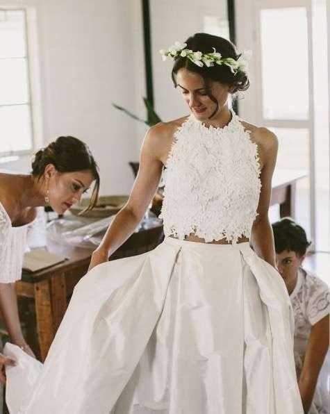 Tendencias de boda 2017: Vestidos de novia de dos piezas [FOTOS] - Vestido dos piezas con crop top de flores 3D