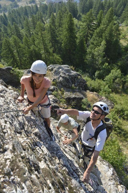 Hier zie je bergbeklimmers op een berg. Die berg heb ik nodig voor mijn masker. Het zijn precies de bergen die ik wil.