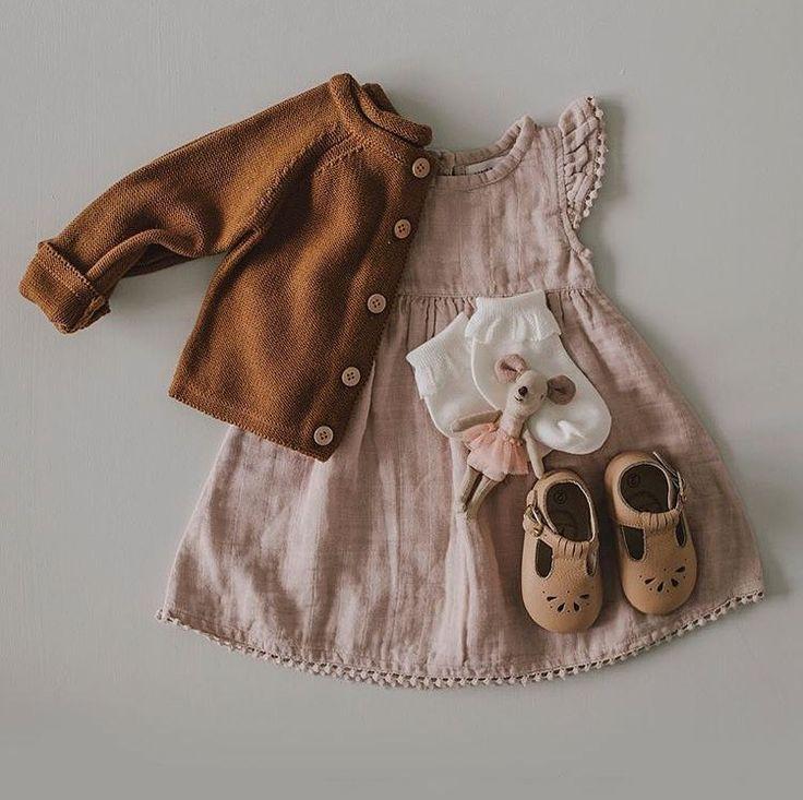 Die wunderschöne Bronze-Babyjacke und das Babykleid mit Mohnblume. Verfügbar a