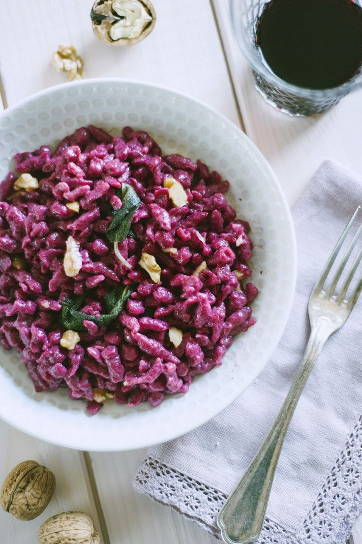 E' uno dei piatti che più amo, legato alla mia vena altotesina. Ecco la ricetta degli spatzle alla barbabietola con burro, salvia e noci!