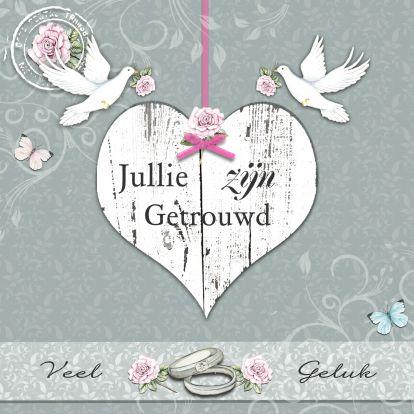 Felicitatie voor een huwelijk met mooie witte duiven en houten hart. Tekst kan je zelf aanpassen