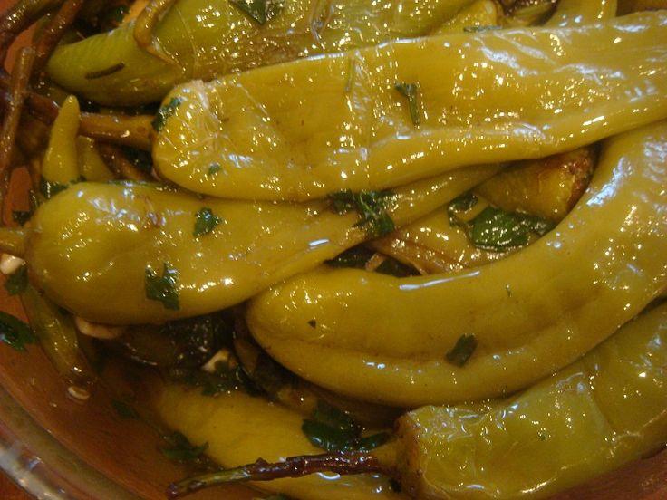 4 кг острого зелёного перца или сладкого перца 500 мл. винного уксуса 500 мл. растительного масла 300грамм чеснока Кинза и сельдерей по 5 пучков, Соль по вкусу. Зелень и чеснок нарезать и перемешать. Перцы промыть и сделать крестообразные надрезы на верхушке, хвостики не резать. (Если перцы острые залить холодной водой на 2 дня , воду …