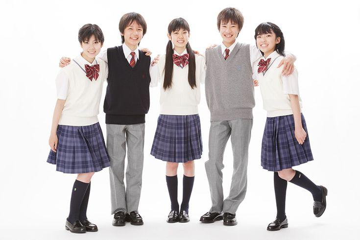UNIFORME SCOLAIRE  La plupart des collèges et lycées japonais adoptent l'uniforme scolaire. De nombreuses personnes y accordent beaucoup d'importance, à tel point que certains enfants choisissent même leur école en fonction de son design ! L'uniforme est si populaire qu'aujourd'hui, certains portent exprès des vêtements qui y ressemblent.