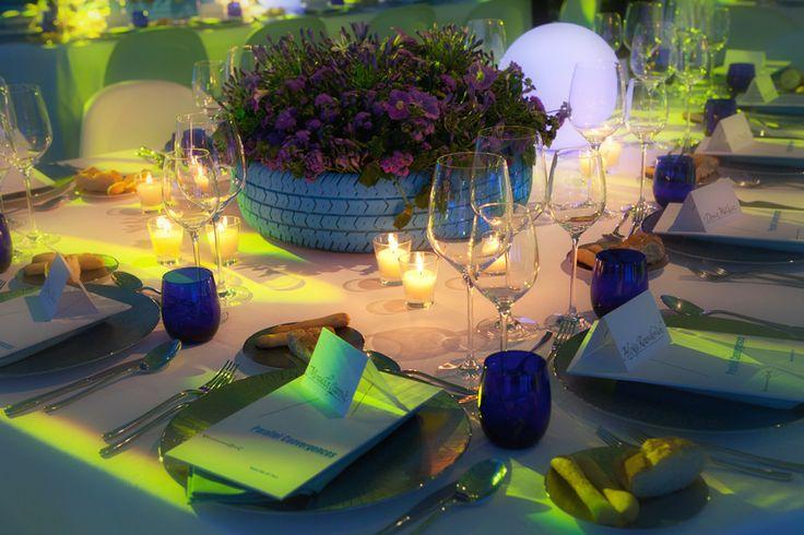Interessante idea di riciclo dei copertoni per creare dei fantastici centro tavola con fiori di stagione in occasione del vernissage della biennale e della mostra di Victoria Art Foundation. allestimento realizzato su di un ferry boat nel bacino di San Marco a Venezia. Matteo Corvino design set #tableset, #miseenplace, #handmade, #boat, #party, #recicled, #tire, #venice, #luxury, #dinner, #vernissage, #biennale, #glass, #menu