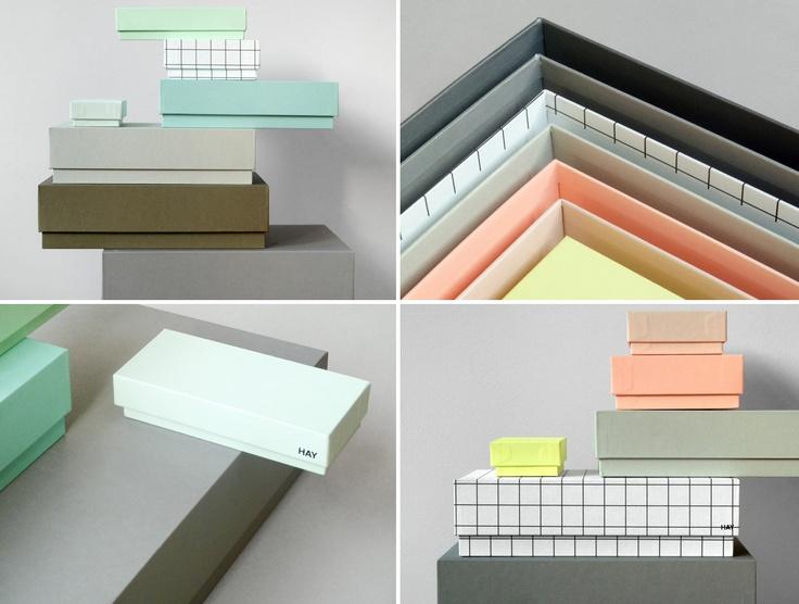 Opbergdozen zijn niet alleen handig en nodig, maar tegenwoordig ook nog eens waardige onderdelen van je interieur! Ja, ze mogen gezien worden! Ik heb het natuurlijk niet over die plastic bakken van vroeger, maar over deze schatten van dozen… Blocks, design by HAY Design Team, 2010