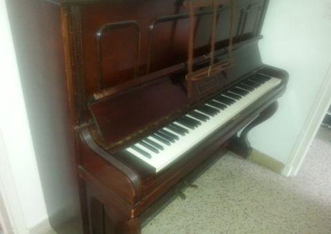 Donne piano droit