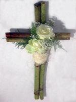 077. Kruis met witte rozen en decoratie