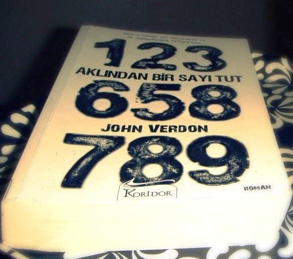 Kitapyurdu Roman Önerisi    Aklndan Bir Sayı Tut / John Verdon  http://www.kitapyurdu.com/kitap/default.asp?id=579084    Sıradanlıklara meydan okuyan, anında başınızı döndürecek ve ilgi çekici karakterlerinin kalp atışlarını tüm gerçekliğiyle hissedeceğiniz bir kitap – Aklından Bir Sayı Tut kolay kolay unutmayacağınız bir roman.