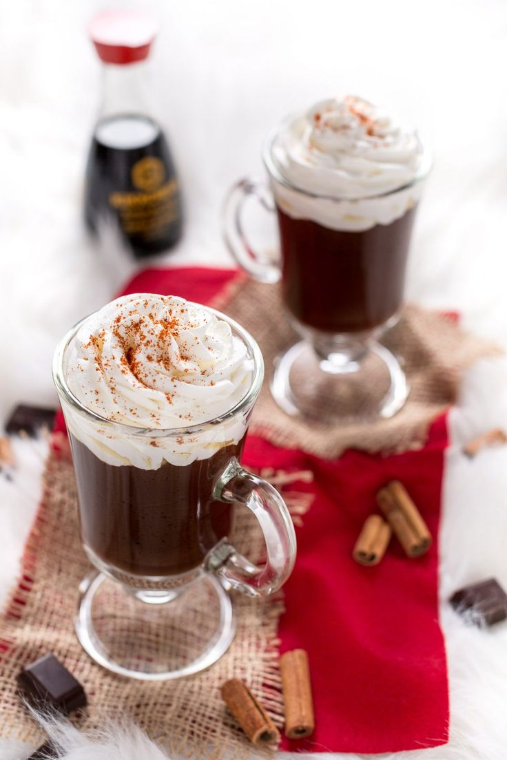 Cioccolata calda con salsa al caramello salato e cioccolato e caramello croccante alla salsa di soia