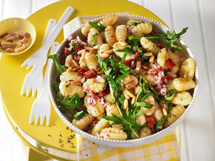Gnocchi - Salat mit Pinienkernen und getrockneten Tomaten, ein tolles Rezept aus der Kategorie Gemüse. Bewertungen: 27. Durchschnitt: Ø 4,5.