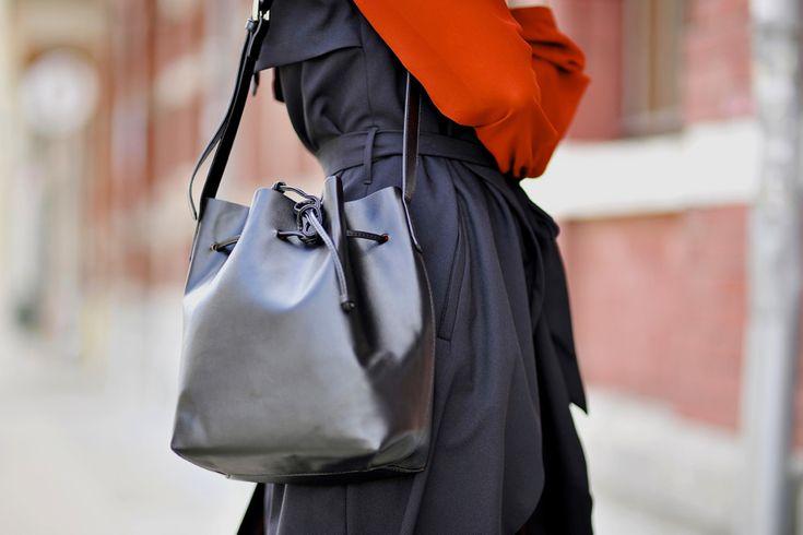 bucket-bag-street-style #bucketbag #blackbag #mansurgavriel