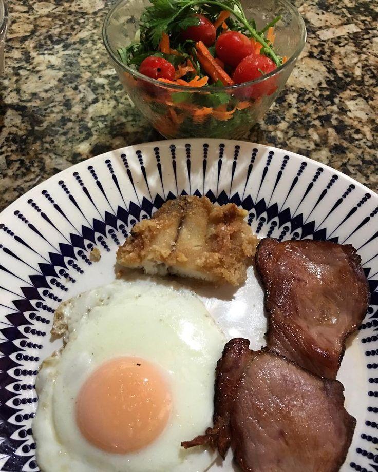 Almoço and Jantar   Um pedacinho de peixe empanado na farinha de mandioca (que não recomendo empanar caso o seu objetivo seja emagrecimento)  1 ovo  bacon and uma cumbuca de salada.  Será que está bom assim?  #paleo #lowcarb #lchf
