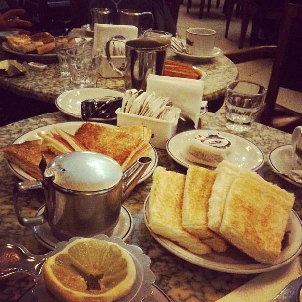 Café Tortoni (www.cafetortoni.com.ar) / Avenida de Mayo 825  1084 - Buenos Aires, Buenos Aires Province / Café da manhã colonial em um dos mais antigos da cidade. É lindo. Por @deandreucci
