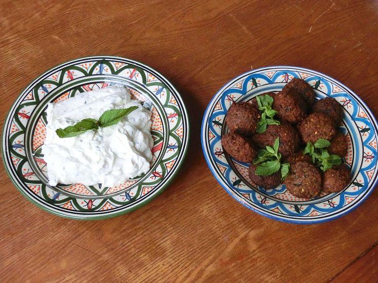 Falafel – frittierte Kichererbsenbällchen mit Petersilie, Koriander, roten Zwiebeln, Mehl, Backpulver und Gewürzmischung marokkanisches Honiggewürz, dazu griechischer Minzjoghurt