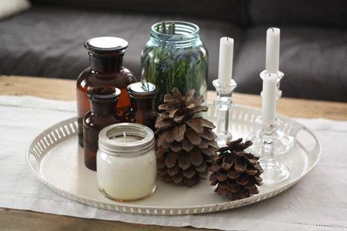 To av Norgesglassene stylet til en lekker komposisjon på stuebordet. Løker av perleblomster i det ene, stearinlys i det andre.   (Av Karen Eidsmo-Sand aka Prinsesse Vilikke)
