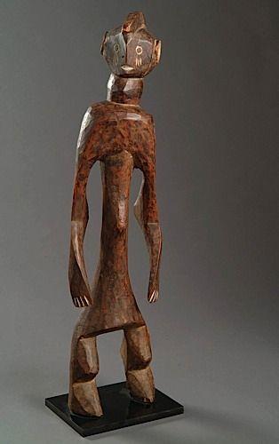 BELLE SCULPTURE MUMUYE, NIGERIA Le personnage debout dans une pause dynamique, les jambes bien écartéesn les bras encadrant le long torse et largement tirés vers l'arrière.  La tête tournée vers la droite, la bouche ouverte, les yeux indiqués par des petits disques et les lobes percés par des grands disques blanchit au kaolin  Hauteur : 84 cm - See more at: http://www.artcurial.com/fr/asp/fullCatalogue.asp?salelot=1473+++++195+&refno=10220931#sthash.0fMtZYJb.dpuf