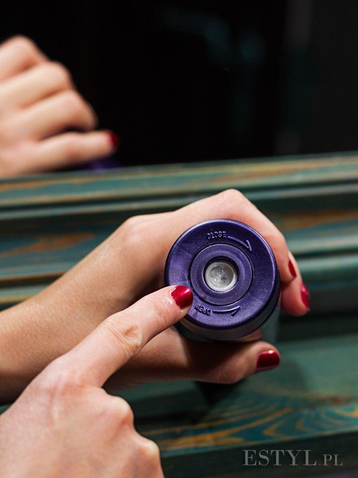 Odżywka #Alterna #Caviar Moisture #Conditioner silnie nawilża włosy suche i przesuszone, zapobiegając ich elektryzowaniu. Może być stosowana do codziennej pielęgnacji włosów zniszczonych i mało witalnych. Alterna Caviar Conditioner zapobiega elektryzowaniu i puszeniu włosów, pozostawia loki nawilżone, jedwabiste i sprężyste, dodaje fryzurze połysku, nie wypłukuje koloru z włosów.
