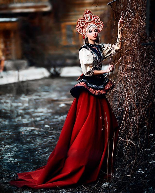 Королевна  #artphoto #russianstyle макияж платье и кокошник @alismaks