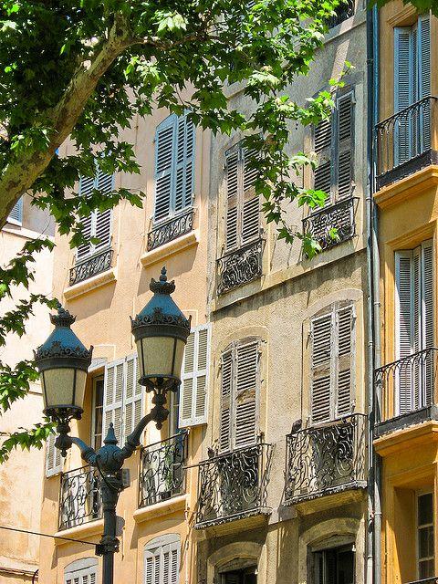 L'architecture de provence... #lampadaire #arbre #Sud