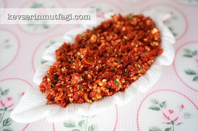 Kurutulmuş Domates Ezmesi Tarifi - Malzemeler : 15 adet kurutulmuş domates dilimi, 1/2 su bardağı fındık (dilerseniz ceviz de kullanabilirsiniz), 1 avuç maydanoz, 2-3 yemek kaşığı zeytinyağ.