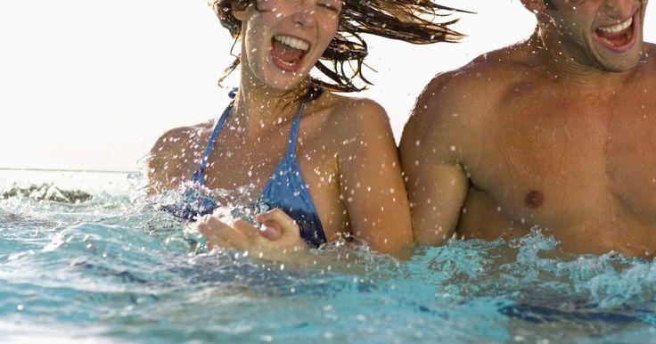 Penteados para piscina. Ao ir para a piscina um penteado adequado é uma obrigação. O clima de verão traz vários obstáculos para o cabelo, tais como calor, umidade e vento. Estes fatores, além do cabelo poder ficar molhado na piscina, trazem uma necessidade de penteados específicos para mantê-lo sob controle. Estilos clássicos, praianos, esportivos e boêmios podem ser ...