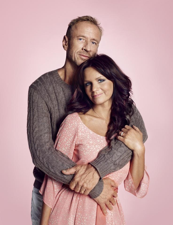 Per Holknekt och Lena Philipsson designade det rosa bandet 2011, en minikollektion i sex olika mönster.