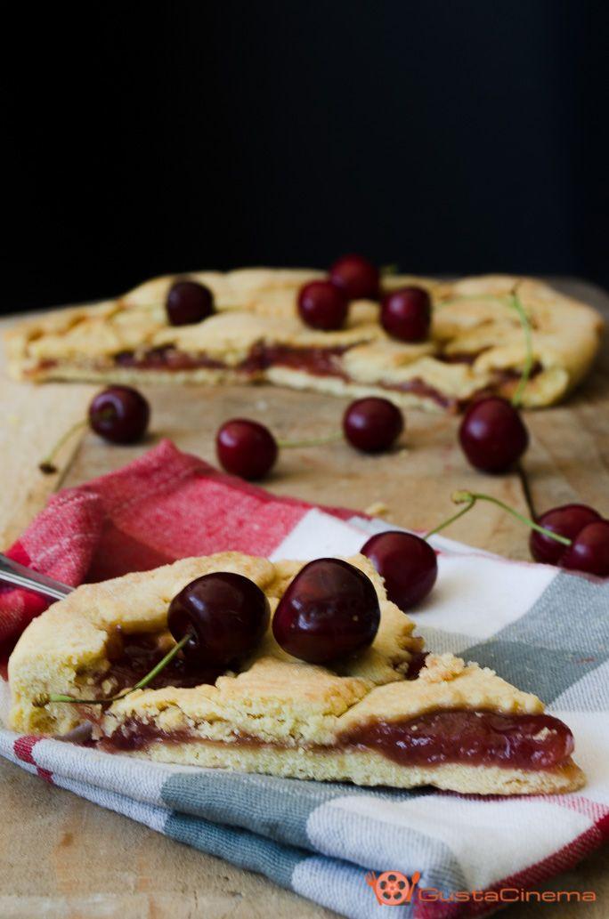 Crostata alla confettura di ciliegie un dolce gustoso preparato con una pasta frolla all'acqua. Ottima per una colazione o merenda sana.